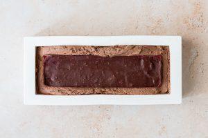 Montage de la bûche chocolat noir, framboises et noisettes - étape 2 ajout de l'insert
