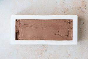 Montage de la bûche chocolat noir, framboises et noisettes - étape 3 lissage de la mousse