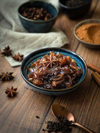 Faire son confit d'oignons aux épices, recette facile et sans lactose ni gluten, ni alcool