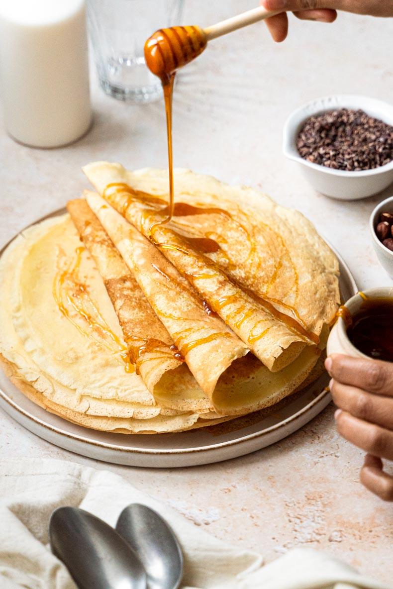 Garnissez vos crêpes de miel et de quelques noisettes pour apporter du gourmand à votre Chandeleur !