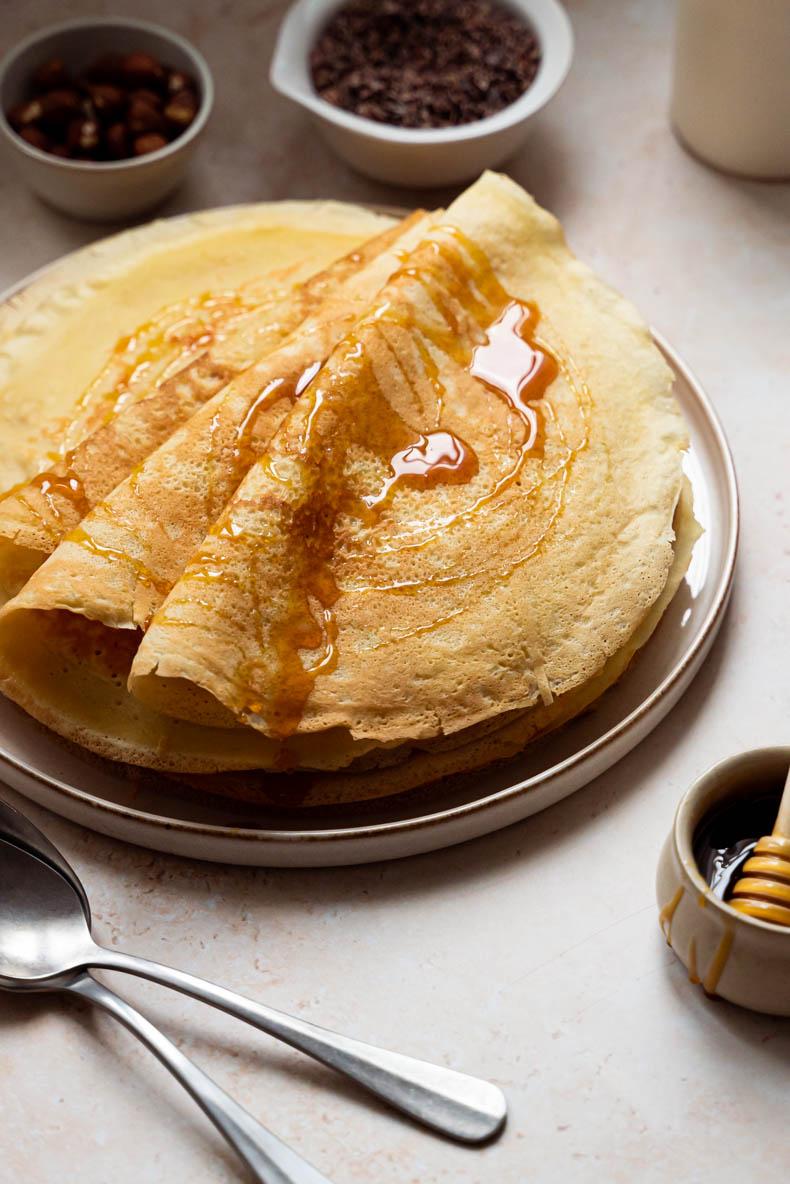 Nappez vos crêpes de la Chandeleur avec du miel, quelques noisettes et du grué de cacao pour une garniture originale