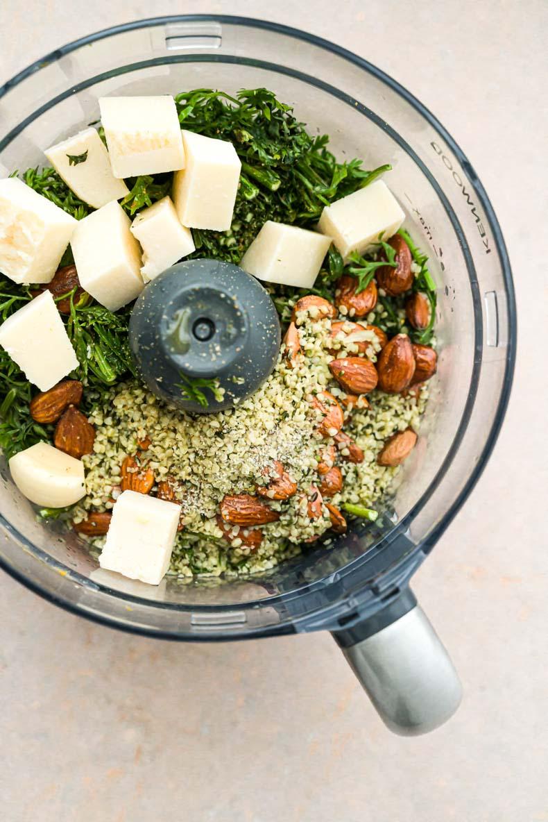 Pesto de fanes de carottes maison, au chanvre, parmesan et amandes