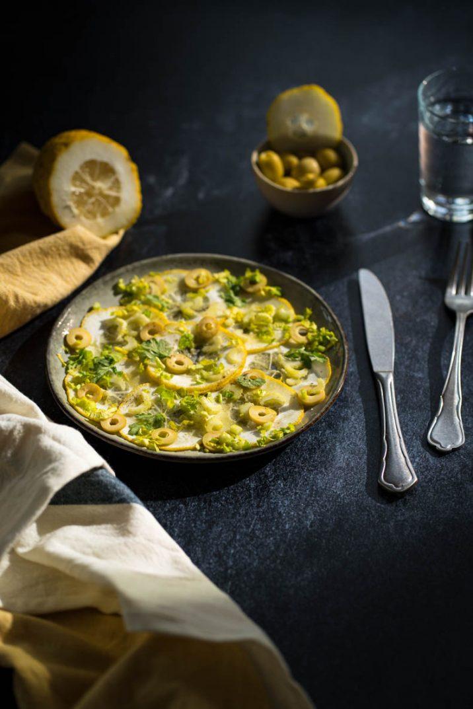 Recette de la salade de cédrats, aux olives & herbes fraîches.