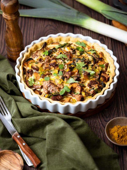 Tarte salée aux poireaux, girolles & tofu fumé - recette sans lactose
