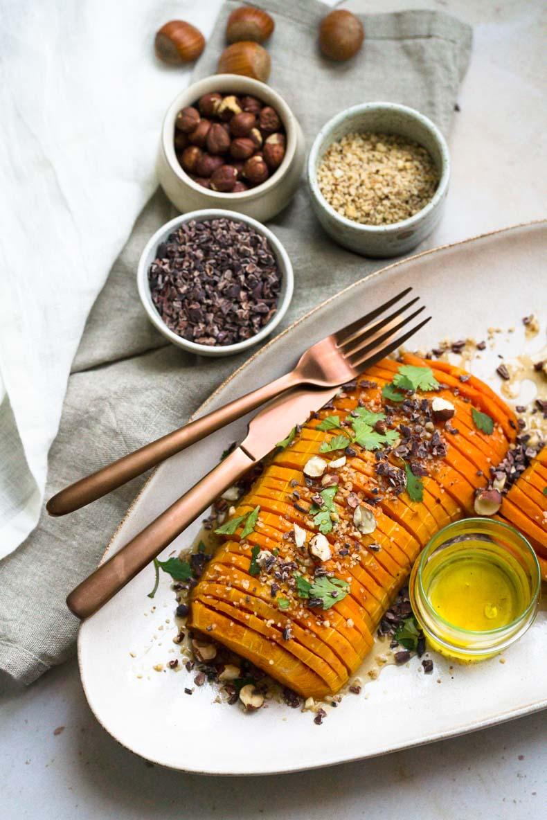 Faites une courge butternut façon Hasselback pour le repas ! - recette végétarienne, végétalienne et sans lactose