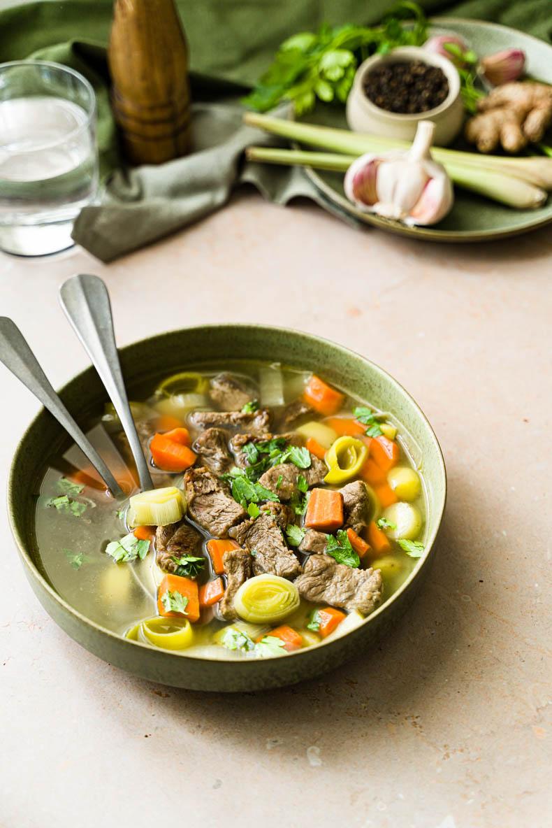Bouillon de légumes à l'asiatique & paleron de boeuf - plat réconfortant et sain
