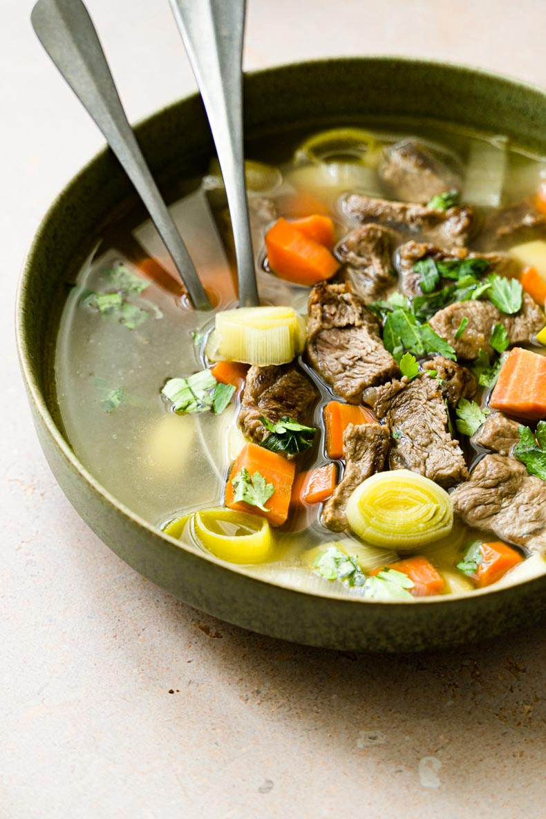 Le bouillon de légumes et à la viande - recette facile & bonne pour la digestion