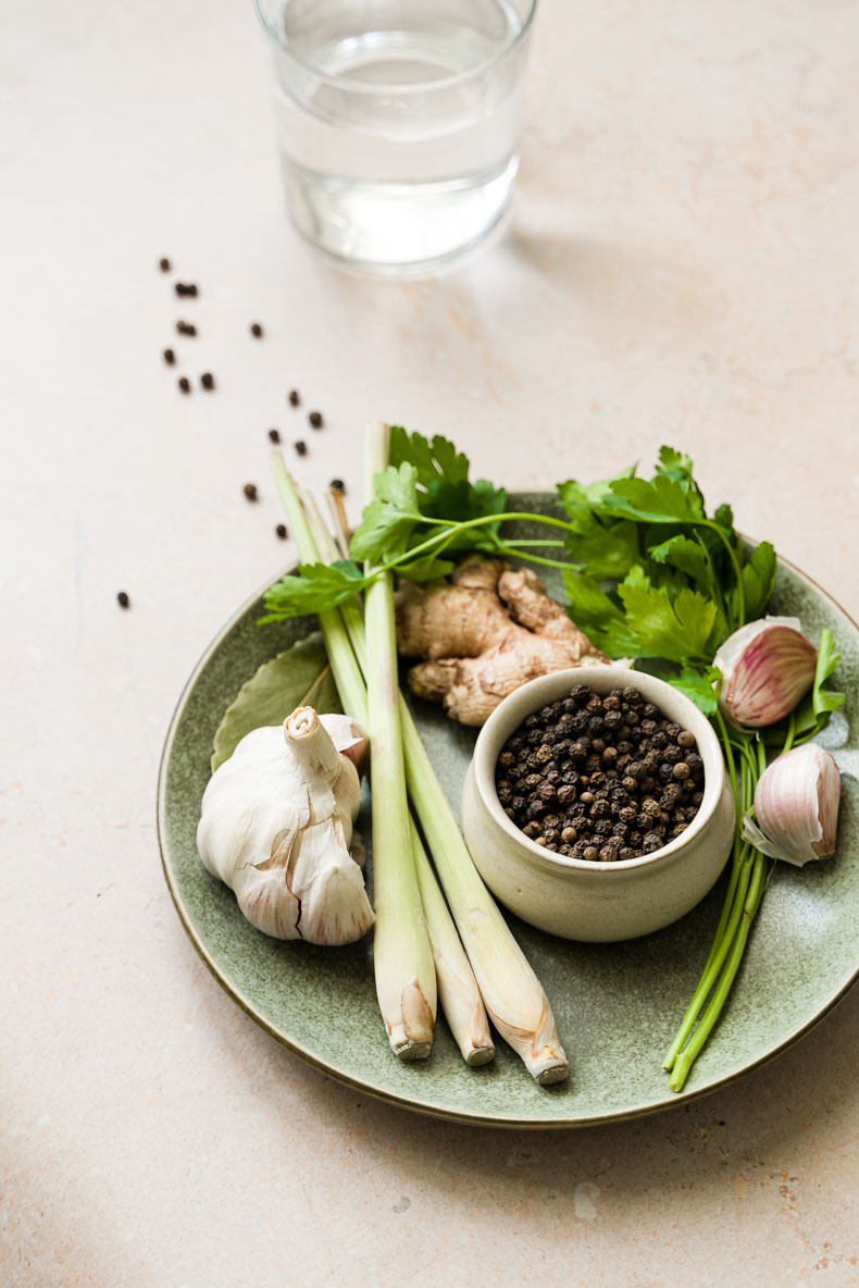 Des épices, essentielles pour un bouillon de légumes ou de viandes, maison