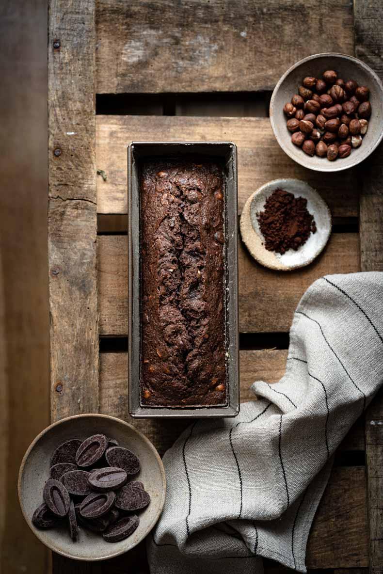 Cake au cacao en poudre, noisette & pâte d'amandes