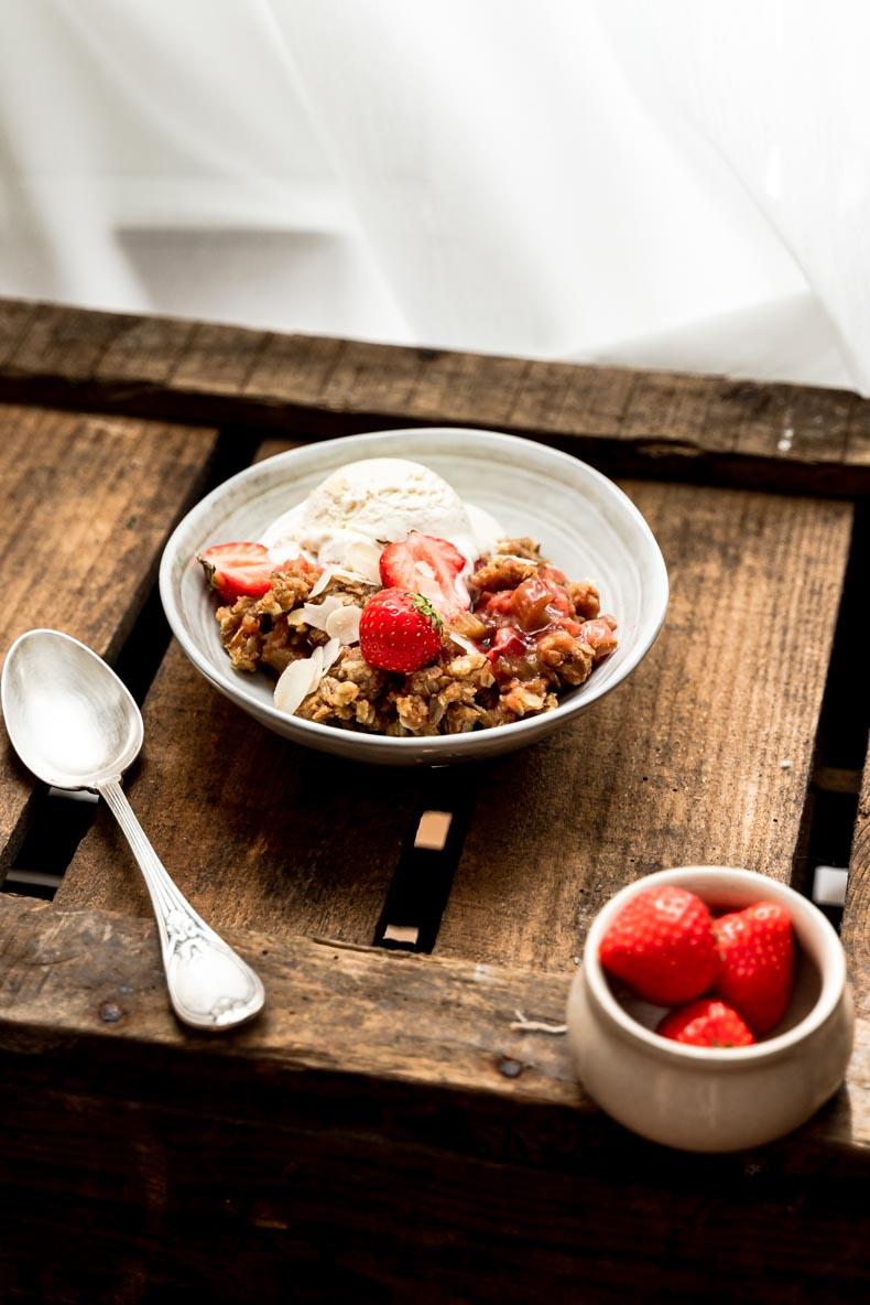 crumble à la fraise & à la rhubarbe - sans lactose, pauvre en sucre