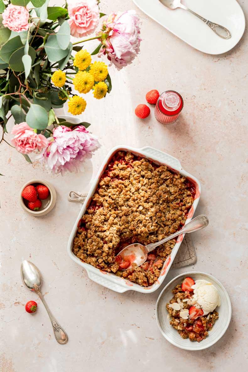 Recette de crumble à la fraise & à la rhubarbe - sans lactose, pauvre en sucre