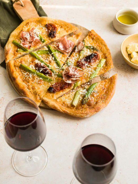 Recette facile de pizza aux asperges vertes, coppa & cheddar