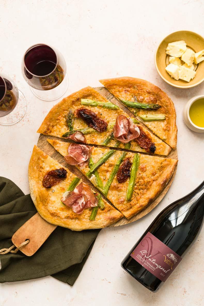 Pizza aux asperges vertes, coppa, tomates séchées & cheddar